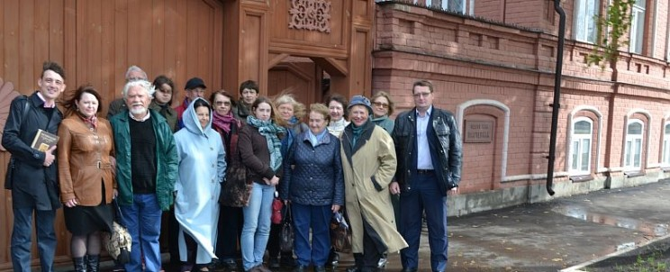 участники Пастернаковских чтений у здания Меориального музея Б.Пастернака