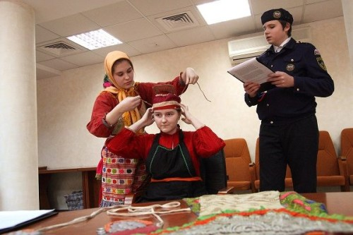 Краеведу из Нижнекамска демонстрируют кряшенский костюм
