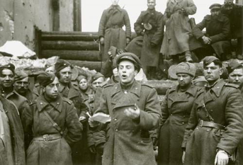 Поэт Евгений Долматовский выступает у Бранденбургских ворот
