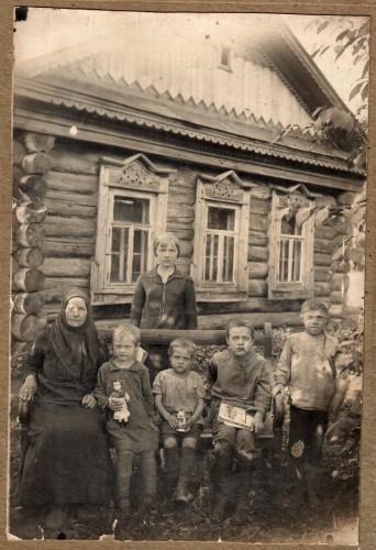Семья у дома
