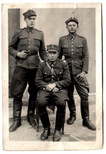 19.09.1945 г. Евгений Игнатьев (стоит слева) с сослуживцами
