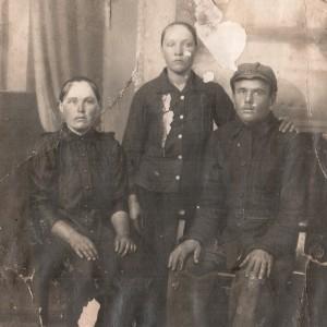 Коноплев Иван Егорович с семьей-min