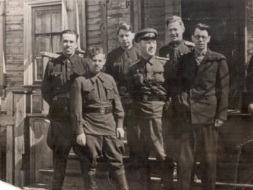 Сидаев (1-й слева во 2-м ряду) На встрече с Исаковским и Сурковым.  1942-1943 гг.
