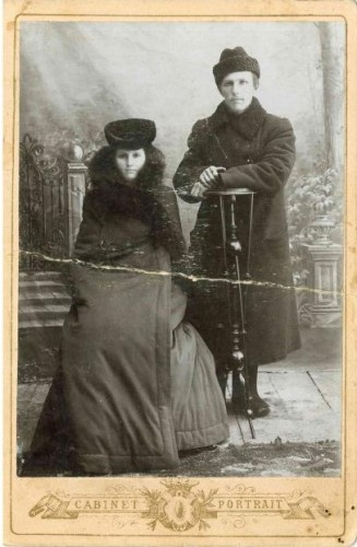 Зинаида Петровна Кукарина в меховом салопе. Справа ее муж – Иван Захарьевич Кукарин